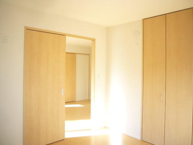 洋室にはそれぞれクローゼットがあり収納にも配慮したお部屋となっております。