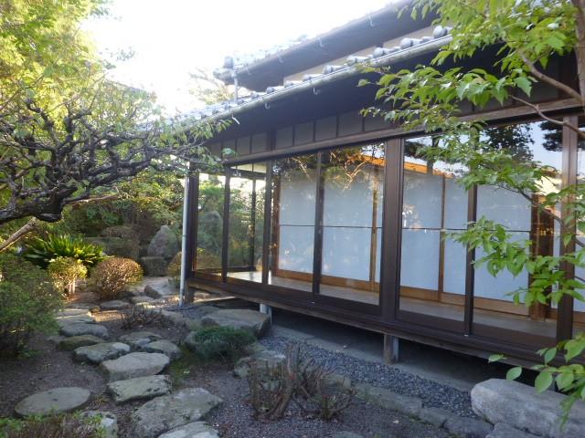 続きの和室から庭が一望できます。