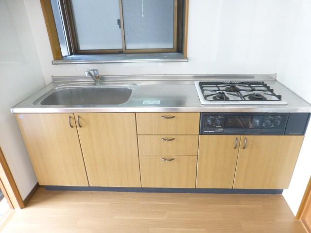 システムキッチン・3口コンロ・出窓
