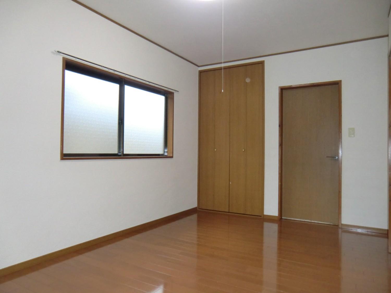 洋室A 西側の窓と収納です