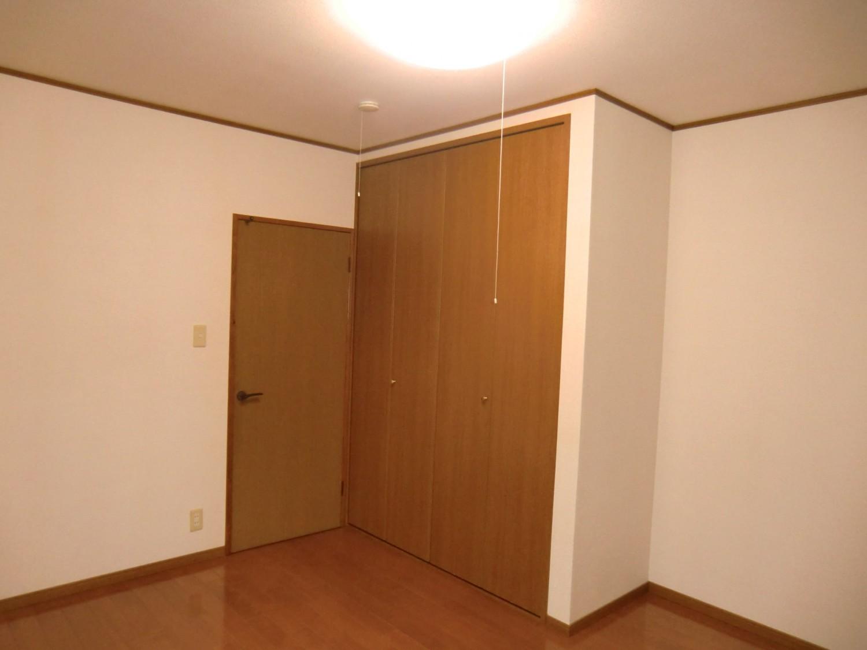 洋室C 入口と大きな収納です