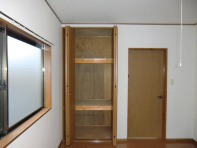 洋室A収納 3分割で収納に便利です