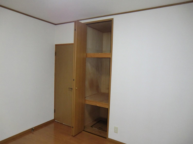 洋室B収納 3分割で収納に便利です