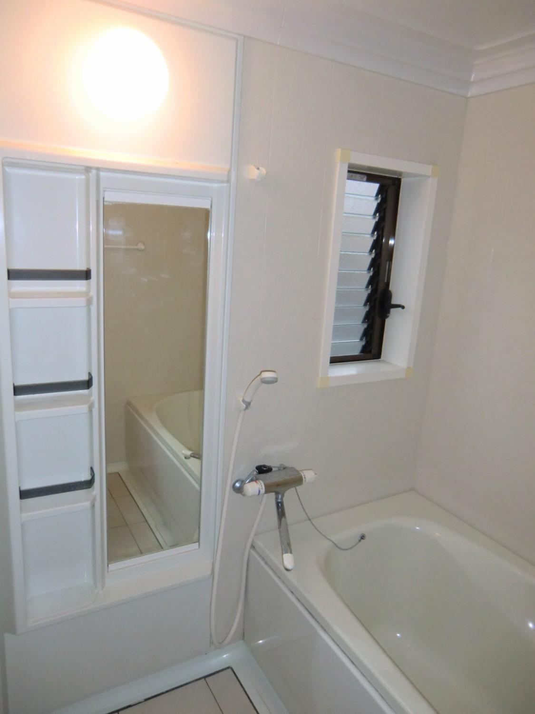窓付の明るい浴室です