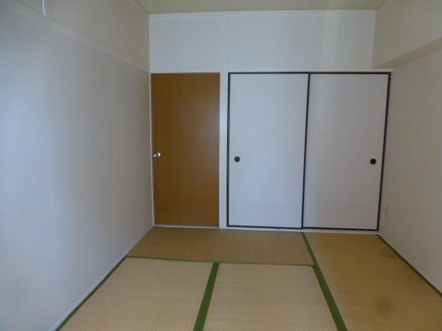 和室には押入れがあり布団も収納出来ます。