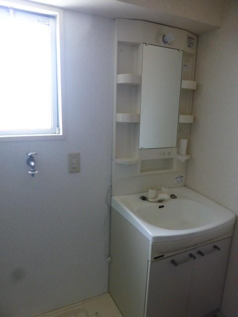 小窓が付いて光が差し込む明るい洗面スペース