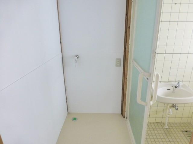 浴室横の洗濯機置き場