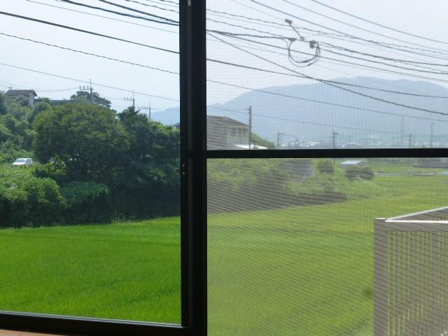 窓の外にはのどかな風景が広がります