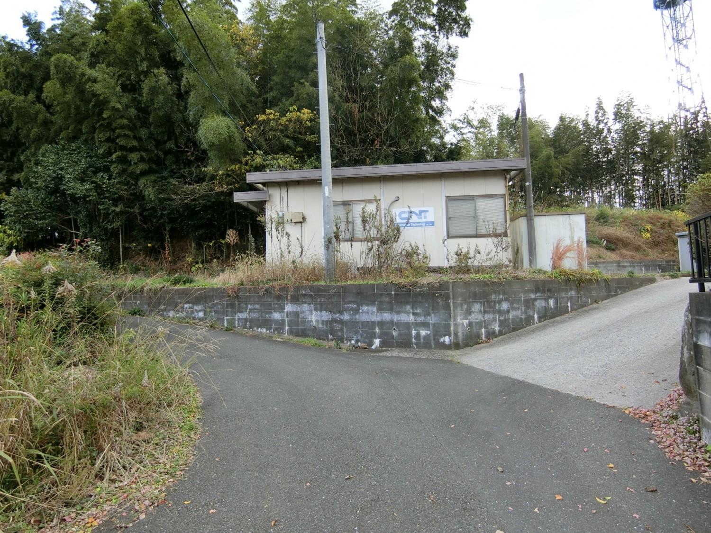 ③プレハブ小屋があります。