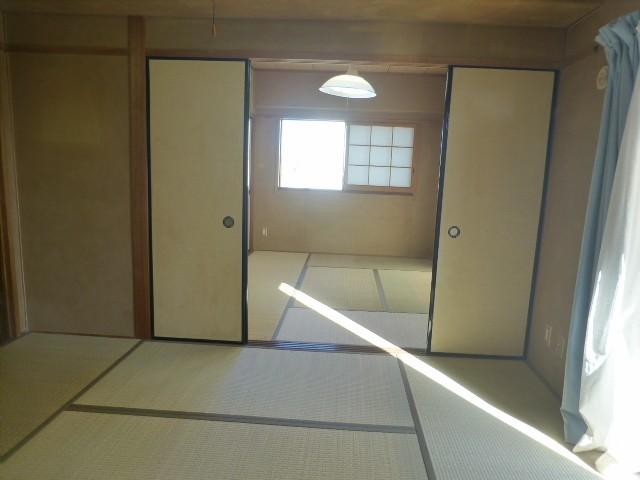 和室が隣接しており、広く使うこともできます。