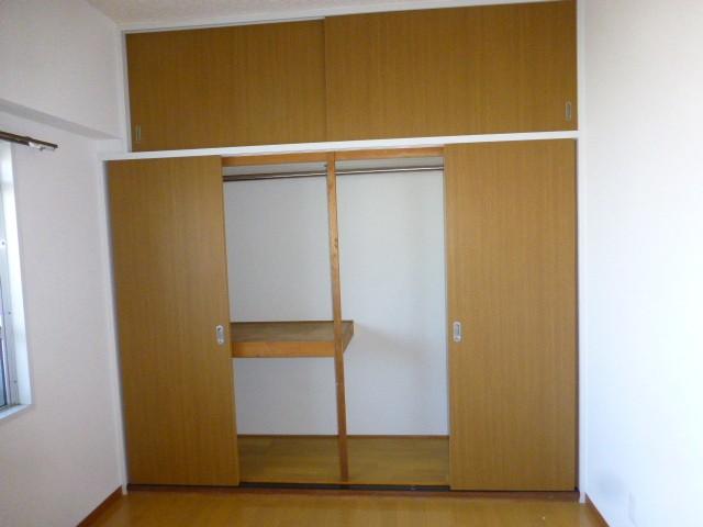 棚やハンガーパイプもあるので効率よく荷物や衣類を収納できます。