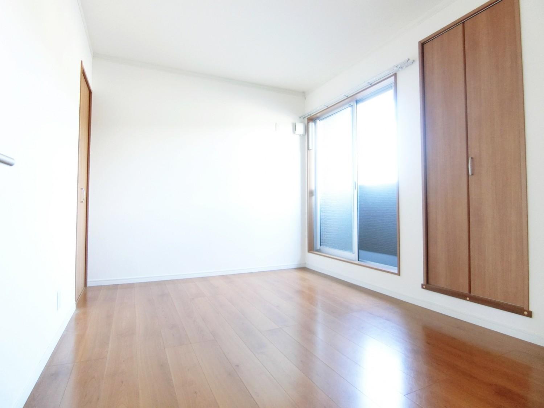 2階階段手前の洋室にはベランダがあります