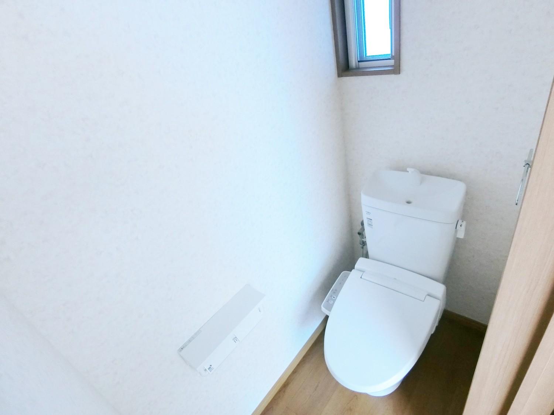 便利な洗浄機能付き便座です。換気も出来る小窓もあります。