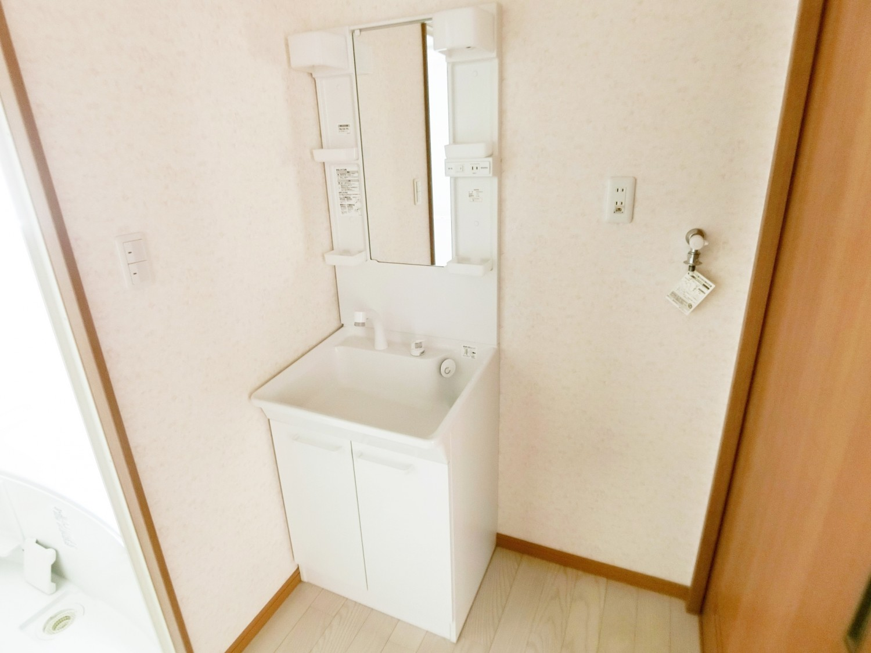 シャワーが伸びる洗面化粧台タイプなので使い勝手良くお掃除もしやすいです。