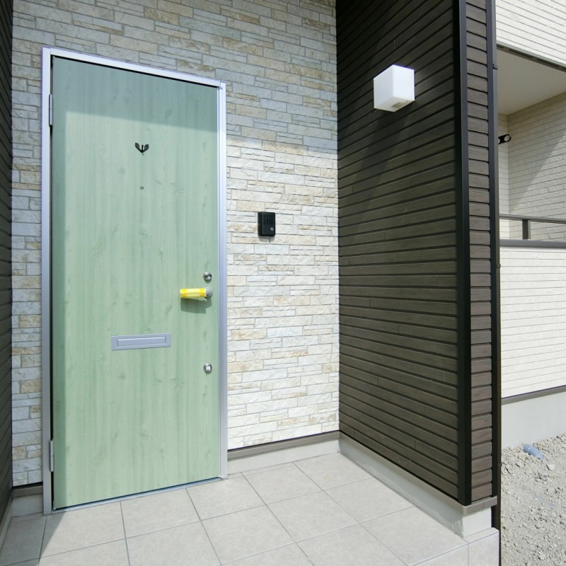 明るくナチュラルテイストの玄関ドア