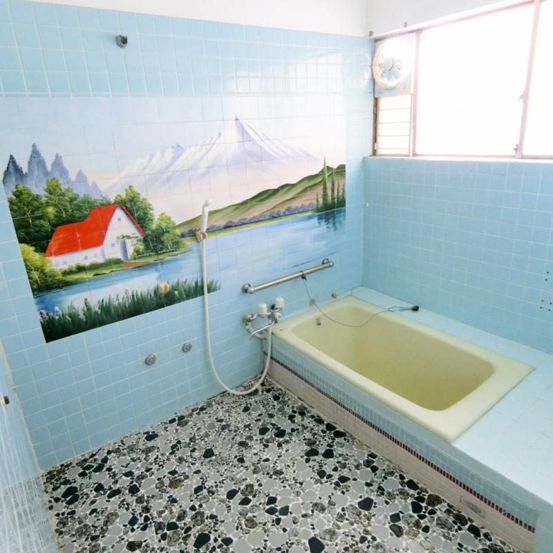 レトロな感じの広い浴室