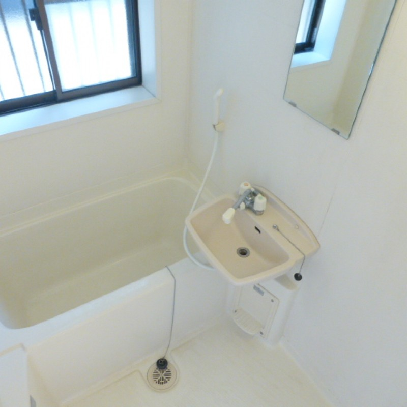 浴室に窓があり、明るく換気にも最適です。