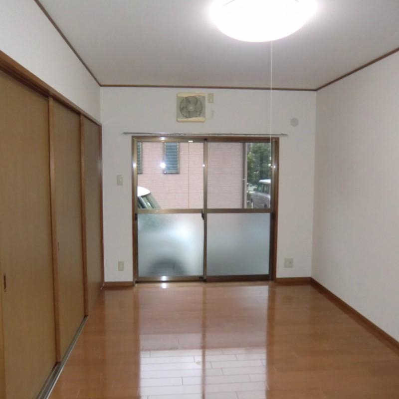 洋室A 南向きの大きな窓がある明るい室内です