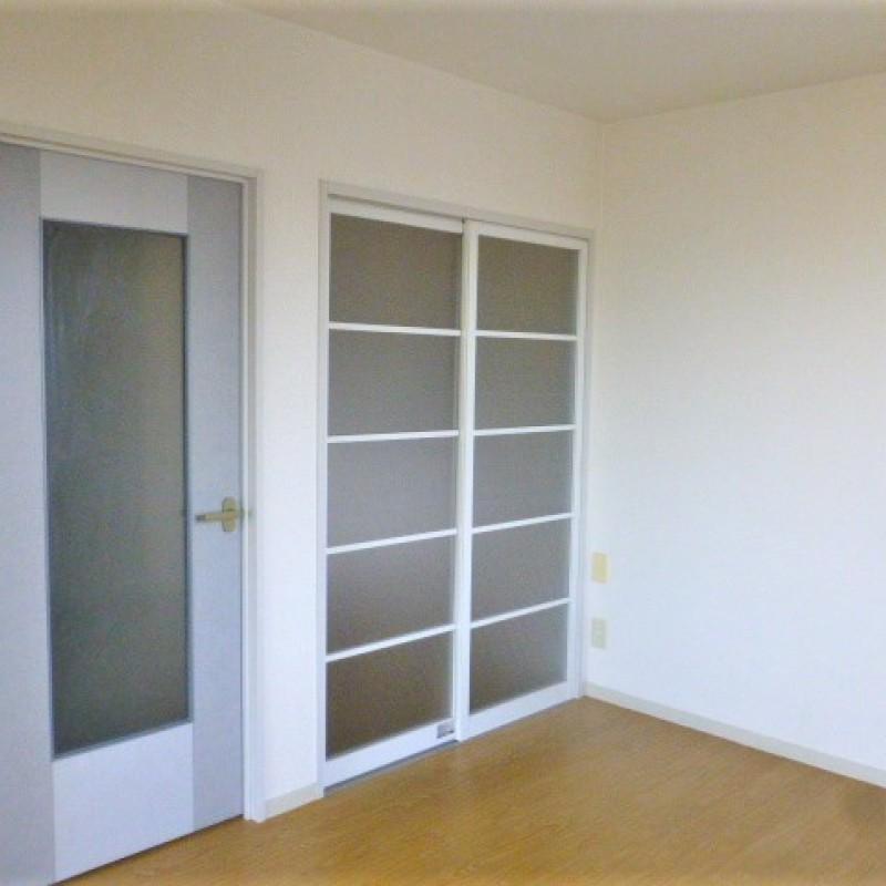 キッチン横洋室は玄関からキッチンからどちらからも出入り出来ます。