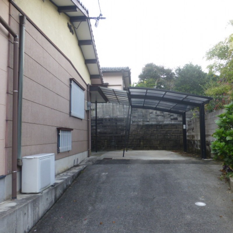 縦列駐車場、奥にカーポートがあります。