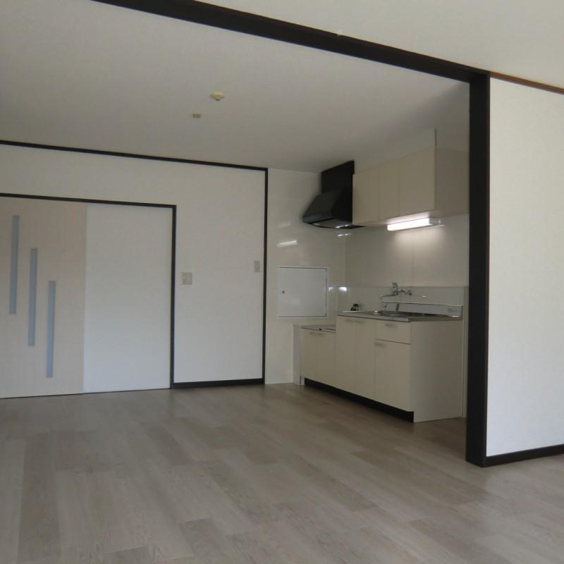 壁側にキッチンがまとまっているので、お部屋を広く使うことができます。