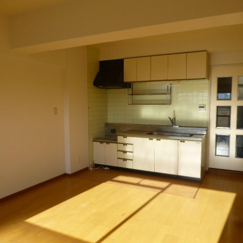 キッチンスペースが奥の壁際にまとまっているのでリビングスペースがゆったりと使えます。