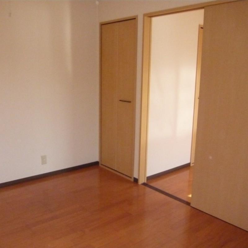 洋室2 左の扉は収納です。