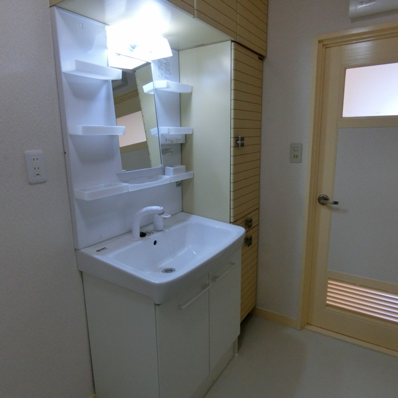 洗面台右横に収納も付いていて便利です♪