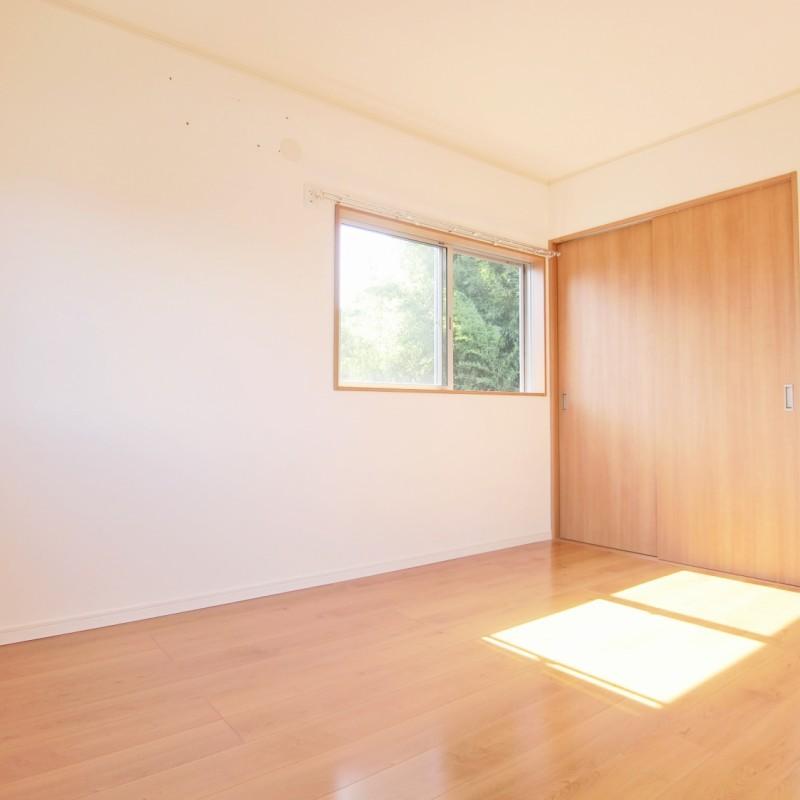 階段奥の洋室はクローゼットがあり収納にも配慮したお部屋となっています