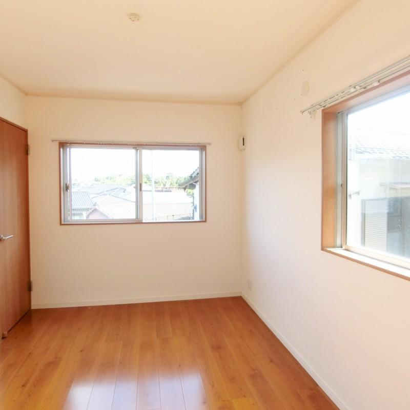 2階階段奥の洋室は2面採光のため明るく風通しの良いお部屋です。
