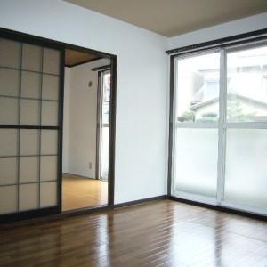 リビングと洋室の間は引き戸でつながっているので生活シーンに合わせてご利用ください。