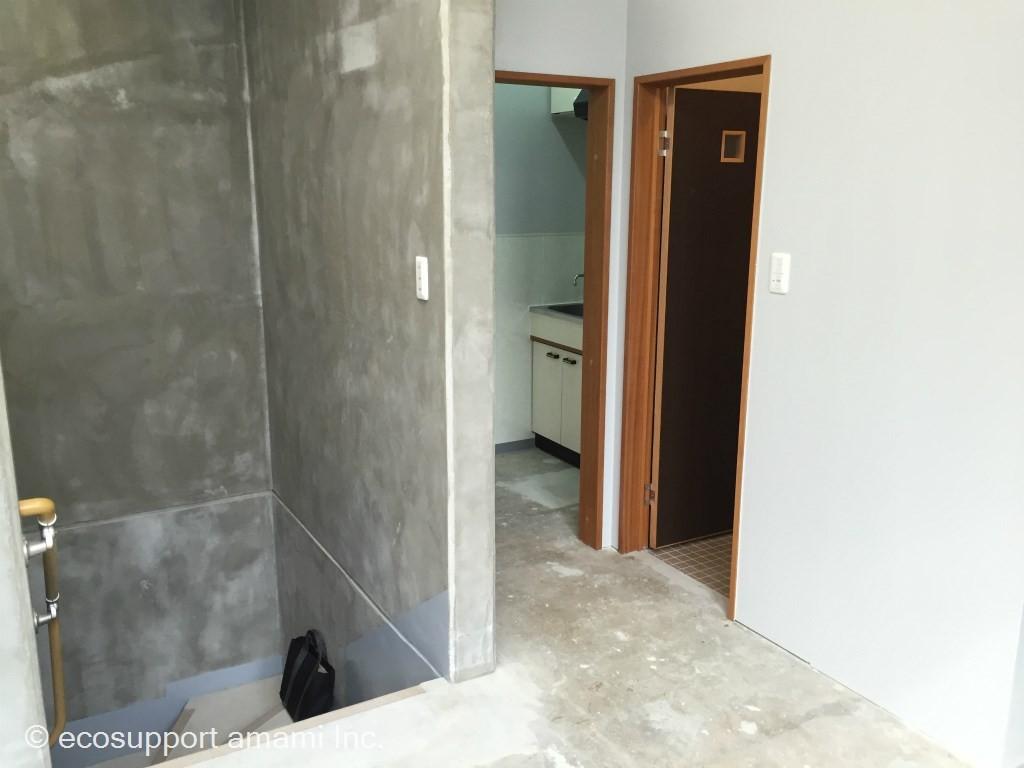 入口階段・水道・トイレ
