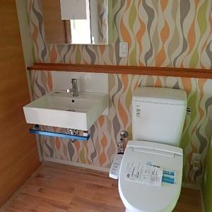POPな壁紙のトイレ