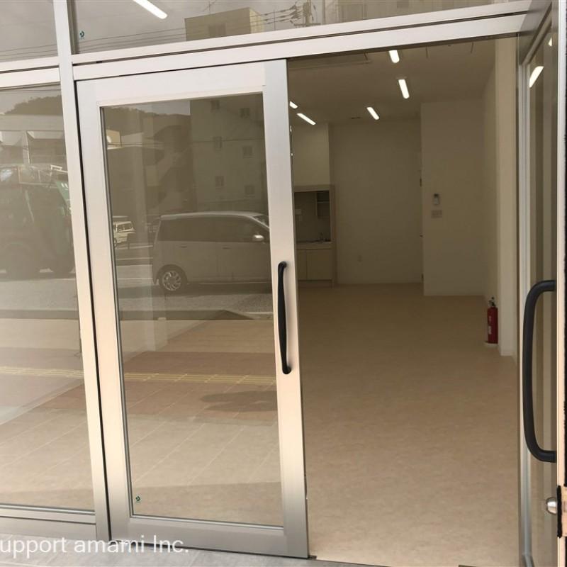 入口面はシャッターもあります。