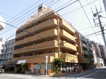 角地に佇む。一階には店舗3件あります。パン屋さん・床屋さん・沖縄料理店さん