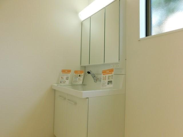 三面鏡付洗面台で死角無し