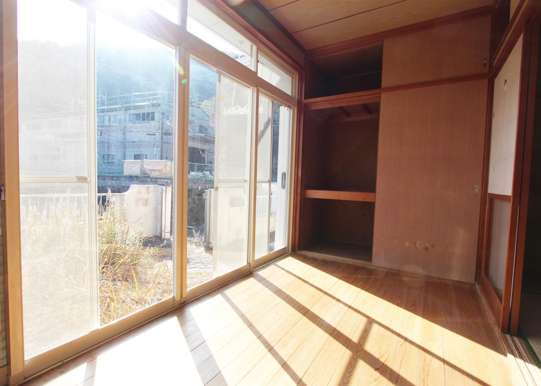 和室横の縁側。日向ぼっこしながらゆっくりと時間を過ごせます。