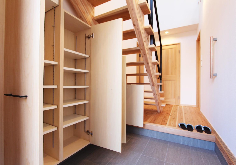 吹き抜けになっている開放的な玄関は収納も充実し機能性も◎