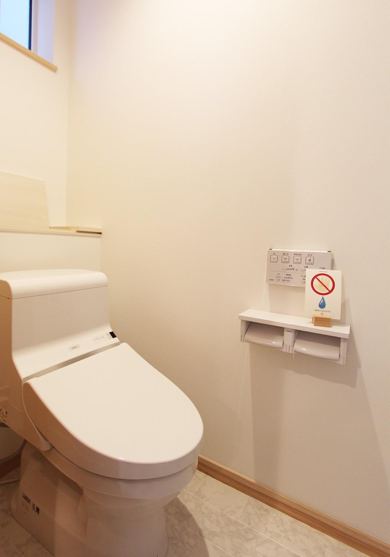 窓もあり換気しやすいウォシュレット付きトイレ♪