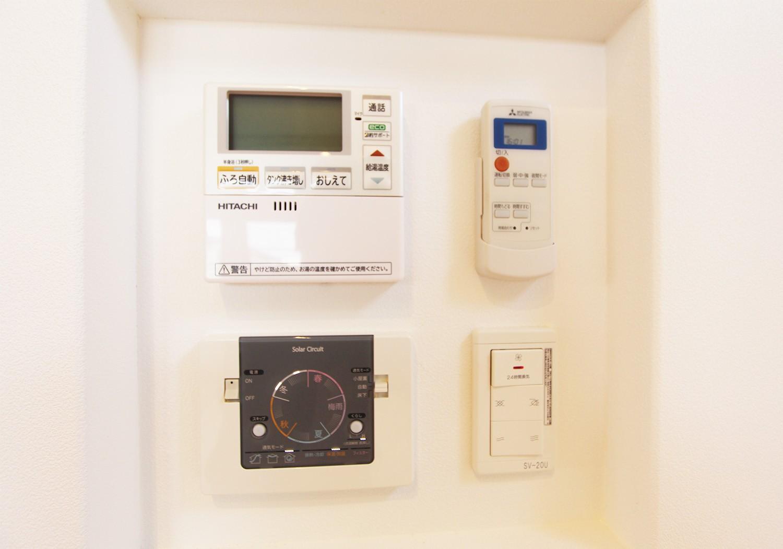 追い炊きや空調等のリモコンも一カ所にあり、スッキリ且つ効率的
