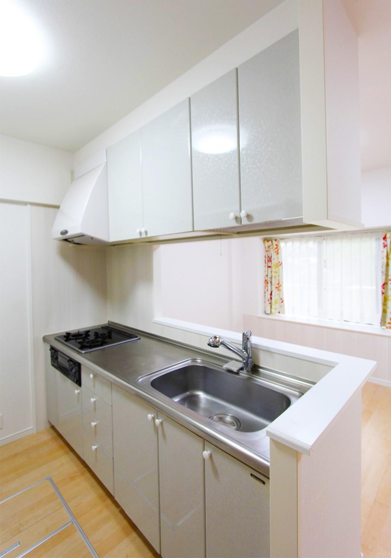 キッチンも綺麗でそのままご利用いただけます♪作業スペースも確保できる広さで毎日の料理も快適に♪
