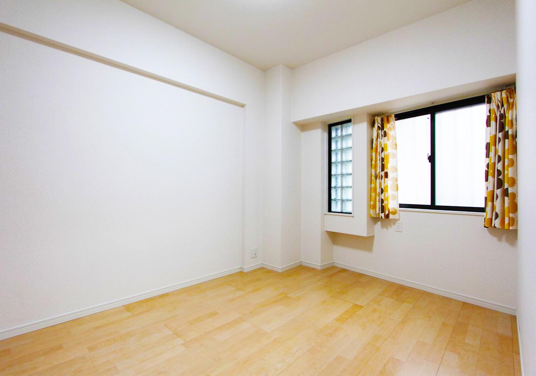玄関入って右手側の洋室。 フローリングもクロスもリフォーム済なのでそのままご入居可能です♪