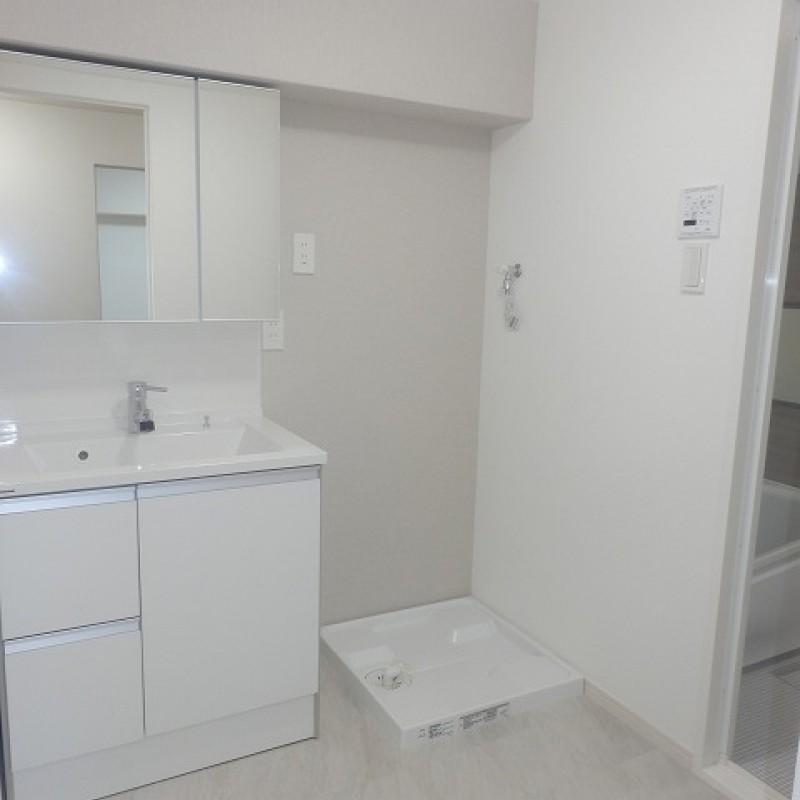 清潔感のある白でまとめた洗面化粧台回り。