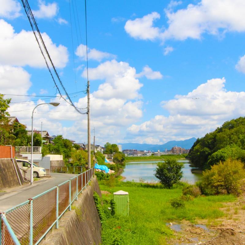 玄関を出てすぐの景観。水と緑が見え、心安らぐ環境です。