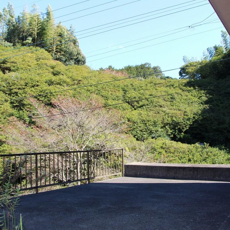 車庫上のスペース。目の前には桜の木があり、春はこのスペースで花見をしながらバーベキューもできます。