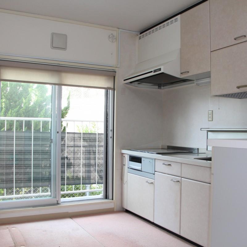キッチンも横には大きな窓もあり、解放感あるキッチンです