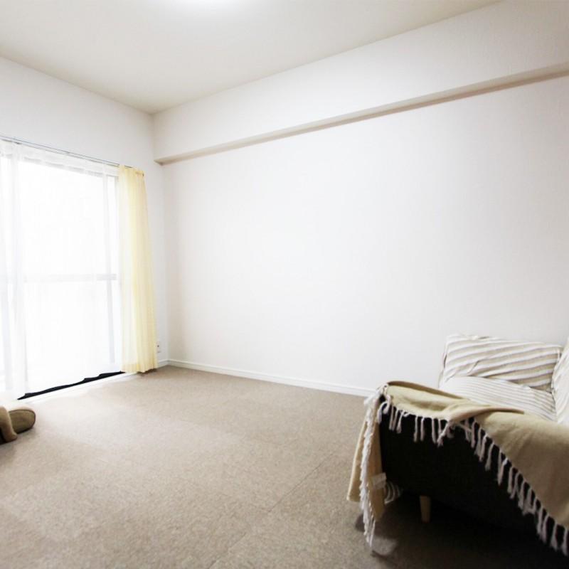 元々6帖の和室だったお部屋。 ベランダに面しており、明るい陽射しが入り込みます♪