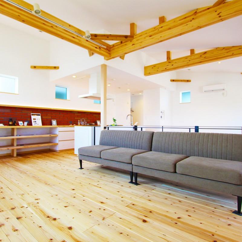 高気密高断熱の家なので、広々LDKでも冷暖房効率優れています♪ また、目にも足にも優しい杉の床。無垢の木は踏み心地の良さが違います♪
