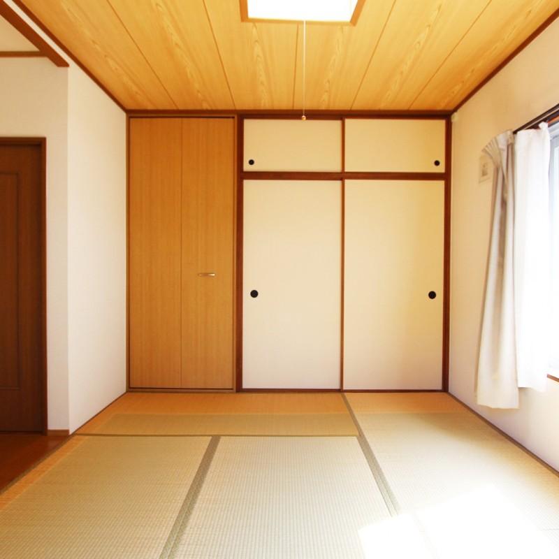 リビングから離れた6帖の和室。 和室も2面遮光で明るいです♪