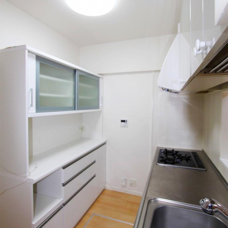 キッチン後ろの棚はそのままご利用いただけます♪新しく買う必要がないので出費も抑える事ができます♪